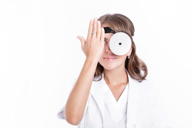 Medico della donna che indossa occhiali e cappotto medico