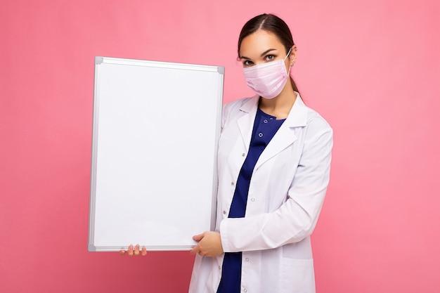 Medico donna che indossa un camice bianco e una maschera