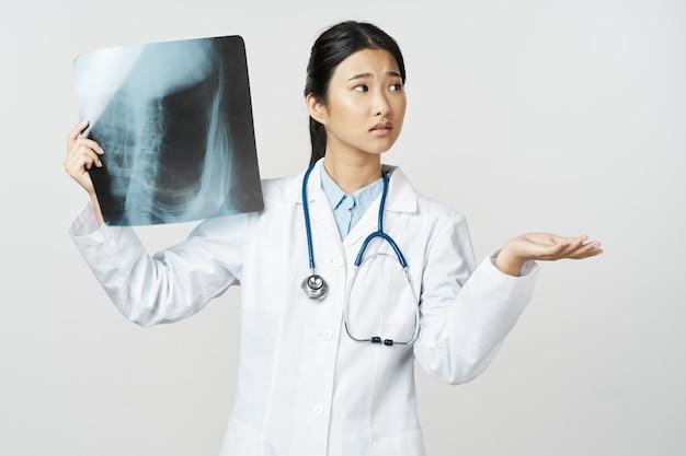 Stetoscopio medico donna medico camice bianco medicina professionale