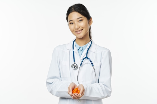 Medico della donna in camice bianco con lo stetoscopio