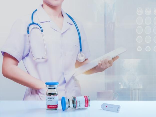 Medico donna con fiale per flaconi di vaccino covid-19, vaccinazione contro l'infezione virale influenzale