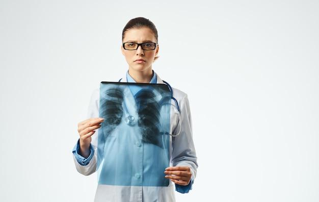 Medico della donna al lavoro con la vista ritagliata del primo piano dei raggi x. foto di alta qualità