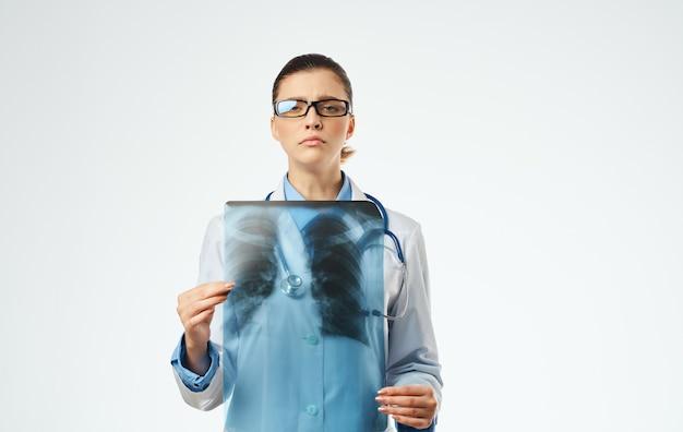 Medico della donna al lavoro con la vista ritagliata del primo piano dei raggi x