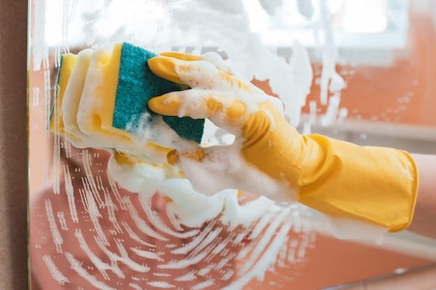 La donna fa le faccende domestiche a casa