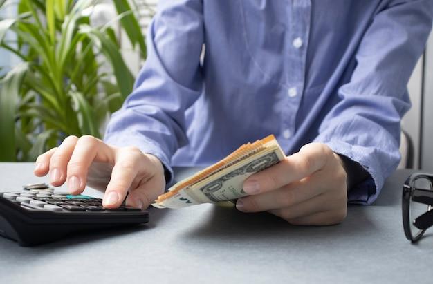 Donna che fa le spese di finanza domestica di contabilità e calcola il debito mensile della carta di credito al pagamento delle fatture.