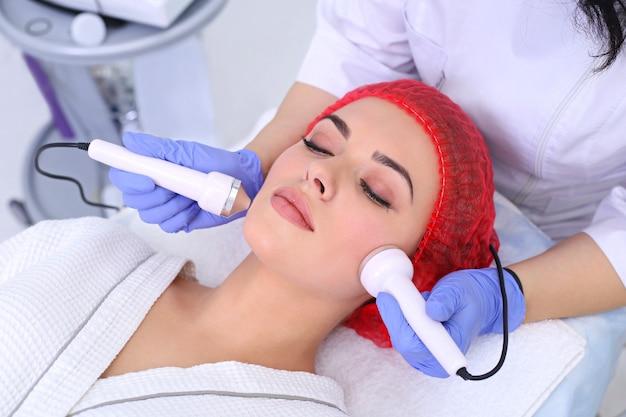 Donna che fa procedure cosmetiche in clinica spa