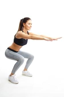 Donna che fa esercizio isolato su sfondo bianco