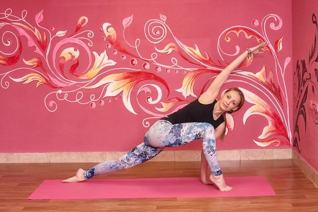 Donna che fa esercizio nella classe di yoga