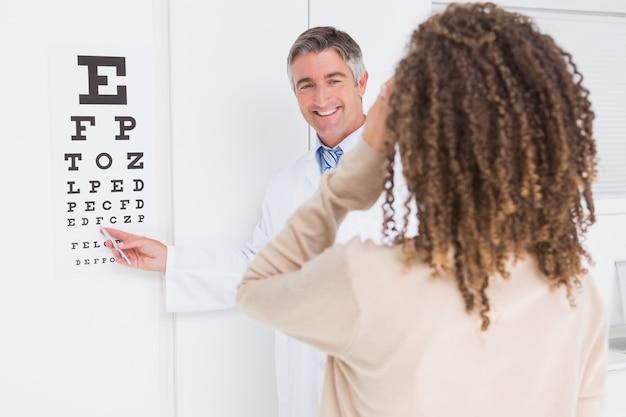 Donna che fa la prova dell'occhio con l'optometrista