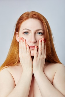 Donna che fa massaggio facciale, ginnastica, linee di massaggio e occhi e naso di plastica della bocca. tecnica di massaggio contro le rughe e il ringiovanimento della pelle. russia, sverdlovsk, 12 aprile 2019