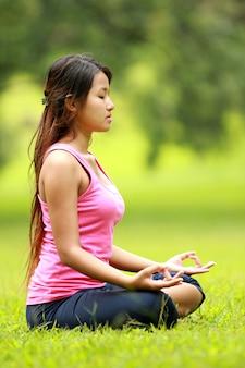 Donna che fa meditazione sulla spiaggia