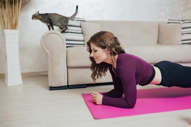 Donna che fa esercizi di plank a casa