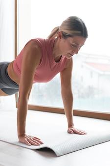 Donna che fa esercizi di plancia