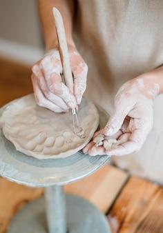Donna che fa ceramiche nel suo laboratorio