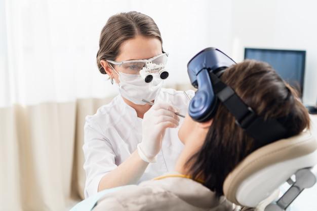 Donna che fa processo di trattamento dentale moderno, con tecnologia moderna