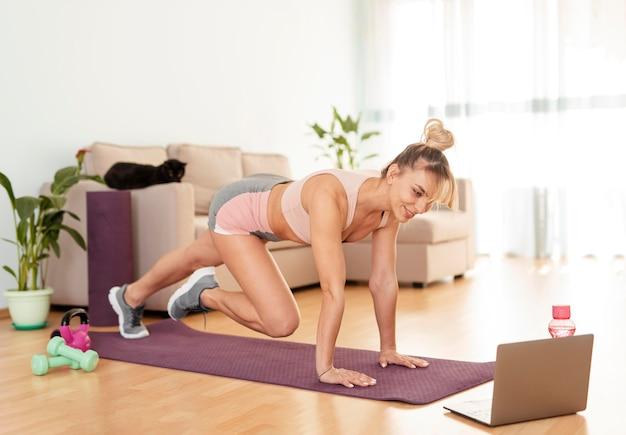 Donna che fa sport a casa Foto Premium