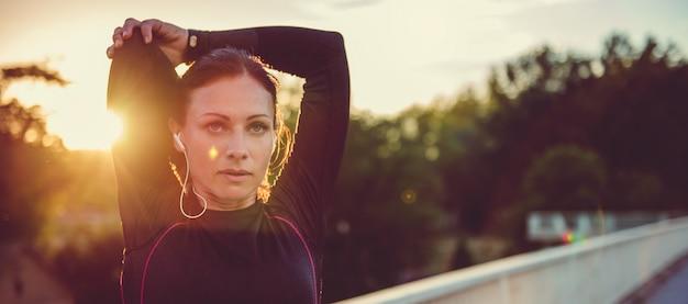 Donna che fa esercizio di stretching Foto Premium