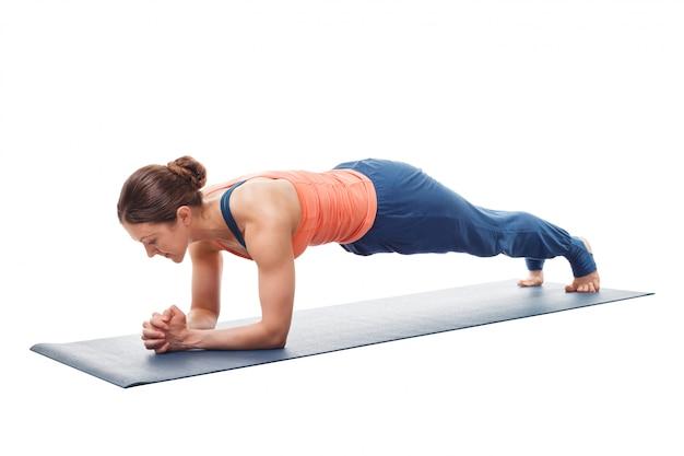 Donna che fa posa della plancia di dandasana di asana chaturanga di yoga