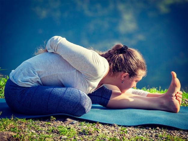 Donna che fa yoga asana all'aperto