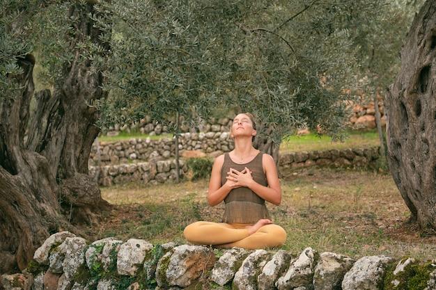 Donna che fa yoga e respira durante la meditazione