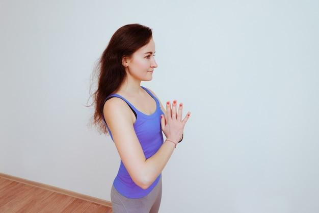 Donna che fa esercizio di yoga, stretching.