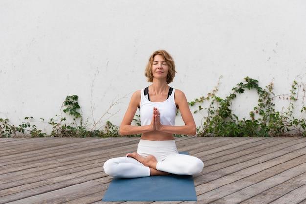 Donna che fa yoga all'aperto