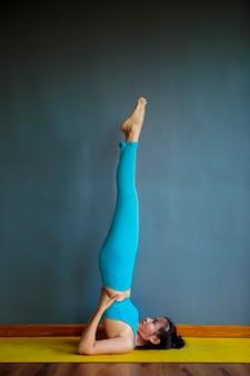 Donna che fa posa yoga