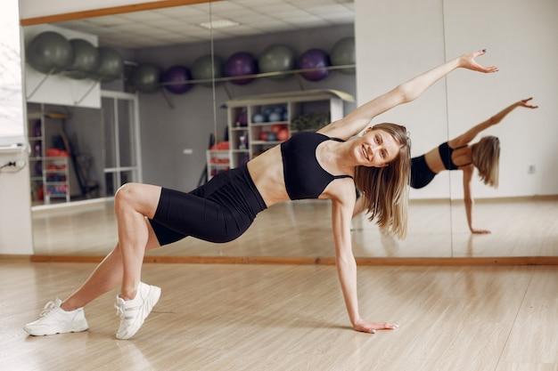 Donna che fa yoga. stile di vita sportivo. corpo tonico