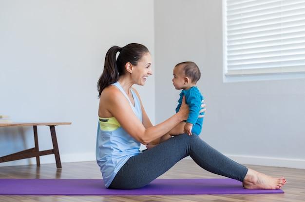 Donna che fa yoga con il figlio