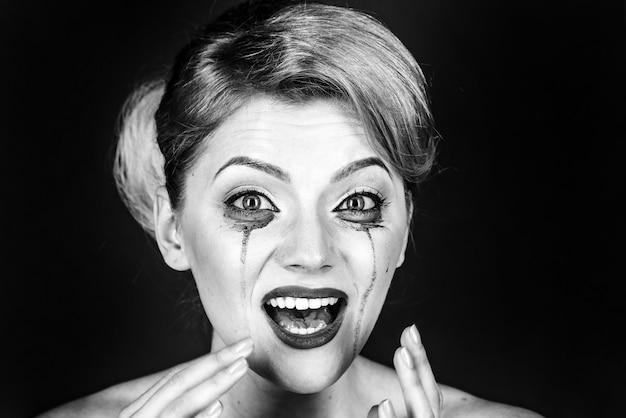 Dramma della donna e concetto di shock. ragazza piangere con mascara flussi sul viso. donna con la faccia sconvolta con il trucco, copia dello spazio