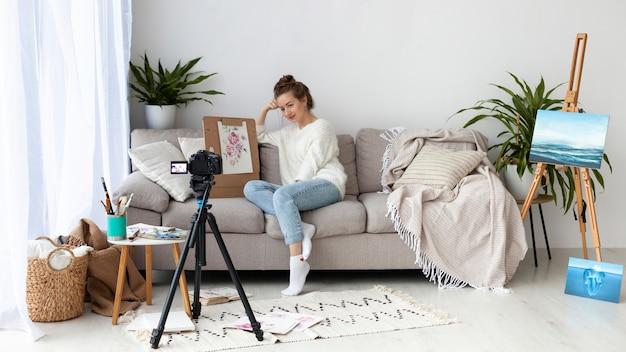 Donna che disegna per un tutorial online con copia spazio