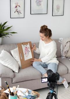 Donna che disegna per un tutorial online