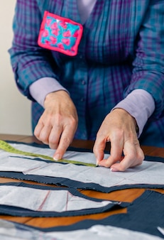 Modello sartoriale donna sartoriale per un abito sul tavolo