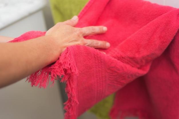 Donna che asciuga le mani con un asciugamano