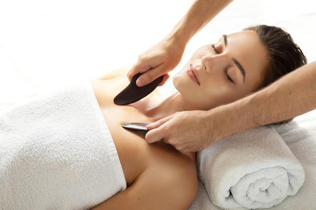 Donna durante il massaggio tradizionale cinese - gua sha