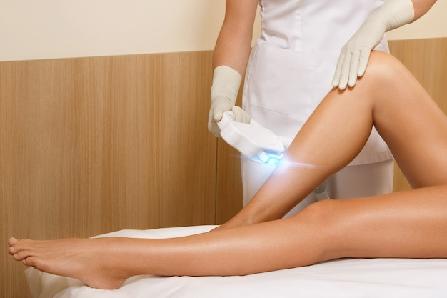 Donna durante la depilazione laser