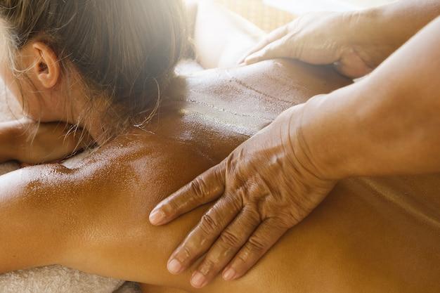 Donna durante il massaggio tailandese tradizionale
