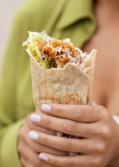 Donna che mangia cibo di strada