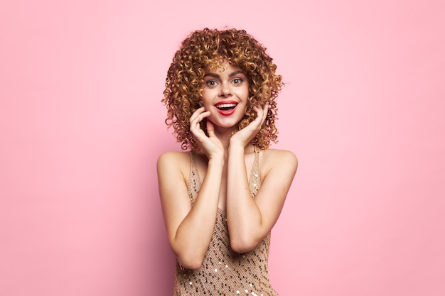 Donna elegante sorriso abbagliante aspetto capelli ricci isolato