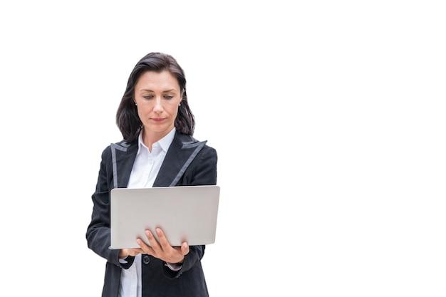 Assistente tecnico della donna che per mezzo del computer portatile