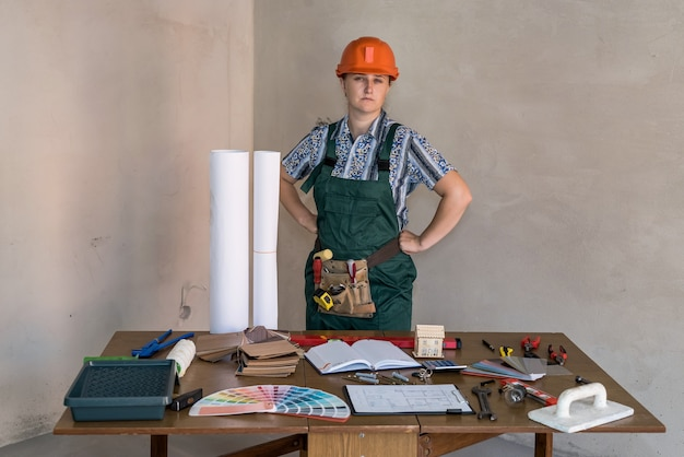 Ingegnere donna sul posto di lavoro con progetti
