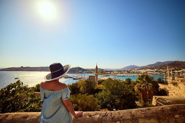 Donna che gode della splendida vista dal castello di bodrum. vacanze estive in turchia