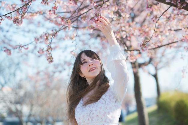 Una donna che gode di fiori di ciliegio