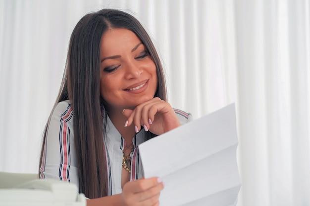 Donna che gode di buone notizie per iscritto