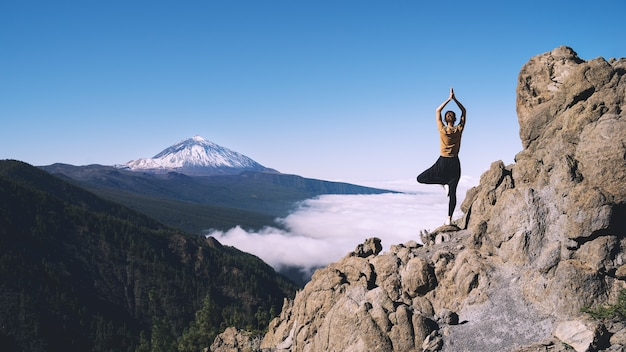 Donna godendo la natura monte vulcano teide tenerife spagna europe