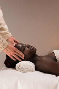 La donna gode del massaggio