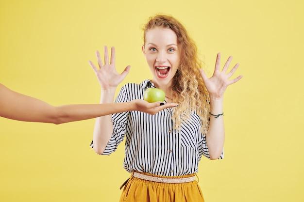Donna entusiasta di ottenere la mela verde