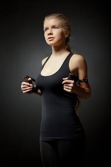 Donna che si esercita con fascia di resistenza al buio