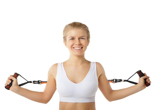 Donna che si esercita con fascia di resistenza su bianco