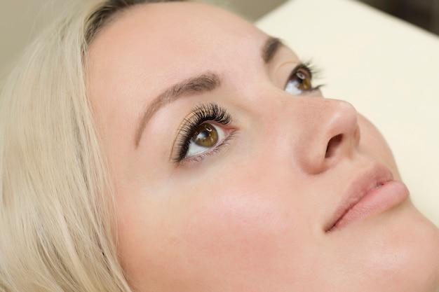 Occhio di donna con lunghe ciglia blu